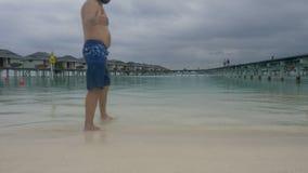 O homem com a máscara no oceano maldives vídeos de arquivo