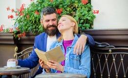 O homem com a mulher da barba e do louro afaga na data romântica Conceito romance Os pares que flertam a data romântica leram o l foto de stock royalty free