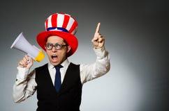 O homem com o altifalante que veste o chapéu americano Imagem de Stock Royalty Free