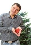 O homem com o coração de madeira vermelho nas palmas fotos de stock