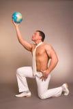 O homem com o globo fotografia de stock
