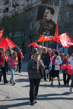 O homem com o retrato do ditador soviético Josef Stalin participa na demonstração do primeiro de maio em Volgograd Fotografia de Stock