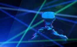 O homem com os auriculares da realidade virtual est? jogando o jogo Imagem com efeito do pulso aleat?rio fotografia de stock royalty free