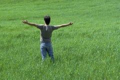 O homem com os braços largos abre Imagens de Stock Royalty Free