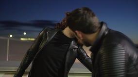 O homem com a peruca vestida como a mulher com composição canta emocionalmente ao lado do outro indivíduo filme