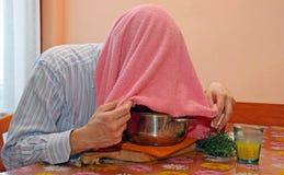 O homem com toalha respira vapores do bálsamo Fotos de Stock