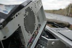 O homem com um martelo quebra o monitor na natureza Monitor velho despedaçado do computador Monitor quebrado, estilhaços de vidro fotografia de stock royalty free