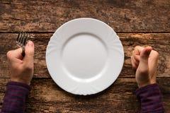 O homem com uma forquilha em sua mão indica que o prato que gostou Fotografia de Stock