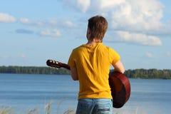O homem com uma guitarra Imagens de Stock