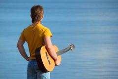 O homem com uma guitarra Fotografia de Stock