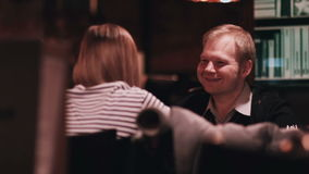 O homem com uma menina está sentando-se em um close-up do café filme