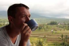 O homem com uma xícara de café Fotografia de Stock