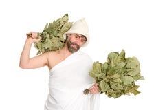 O homem com vassouras vestiu-se, banho do russo foto de stock