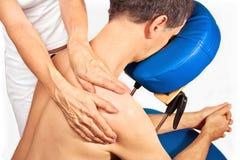 O homem começ a massagem, reiki, acupressure Fotografia de Stock Royalty Free