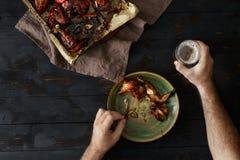 O homem come as asas de galinha com cerveja, vista superior tabela de jantar Fotos de Stock Royalty Free