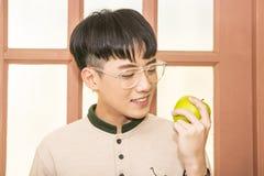 O homem come a maçã Foto de Stock Royalty Free