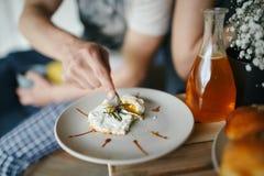 O homem come a omeleta Foto de Stock