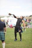 O homem compete no lance do peso fotografia de stock