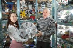O homem compra as tampas de roda automotrizes Imagem de Stock Royalty Free