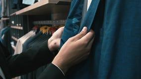 O homem compra a roupa e sapatas clássicas vídeos de arquivo