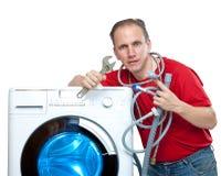 O homem conecta a máquina de lavar fotografia de stock royalty free
