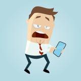 O homem confundido dos desenhos animados está olhando em seu telefone esperto Fotos de Stock Royalty Free