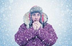 O homem congelado no inverno veste as mãos de aquecimento, frio, neve, blizzard imagem de stock royalty free