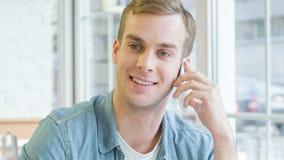 O homem considerável é ocupado falar vividamente no telefone video estoque