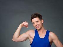 O homem considerável com braços cruzou a vista de sua esquerda no fundo preto Fotos de Stock