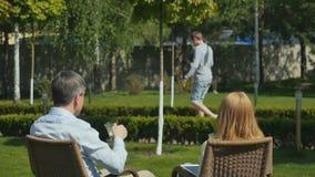 O homem considerável cumprimenta o trabalhador doméstico e relaxa no terraço video estoque