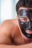 O homem considerável no conceito da massagem dos termas foto de stock royalty free