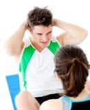 O homem considerável que faz a aptidão exercita com uma mulher Foto de Stock Royalty Free