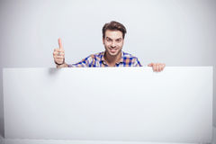 O homem considerável que mostra os polegares levanta o gesto Imagem de Stock