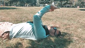 o homem considerável relaxa no parque do distrito da cidade filme