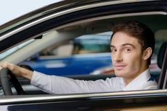 O homem considerável senta-se no assento de motoristas Imagens de Stock Royalty Free
