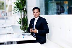 O homem considerável vestiu-se no revestimento preto elegante que olha satisfeito e feliz foto de stock royalty free