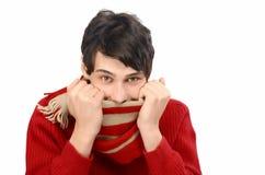 O homem considerável vestiu-se por um inverno frio que é frio, puling seu lenço na cara. Fotografia de Stock Royalty Free