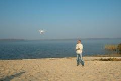 O homem controla o quadrocopter, zangão Imagens de Stock