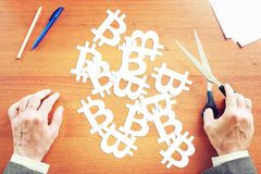 O homem cortou do papel muitos sinais do bitcoin Imagens de Stock