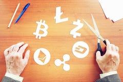 O homem cortou os símbolos de papel do cryptocurrency Imagens de Stock Royalty Free