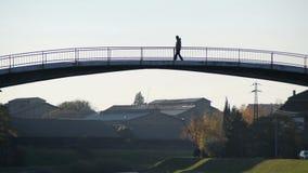 O homem cruza a ponte video estoque