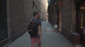 O homem curioso está viajando em Barcelona, andando no quarto gótico no dia de verão video estoque