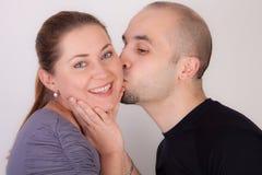 O homem dá a mulher um beijo Foto de Stock Royalty Free