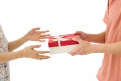 O homem dá o presente do sSurprise a sua mulher Fotografia de Stock Royalty Free