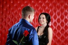 O homem dá Rosa à mulher Imagem de Stock Royalty Free