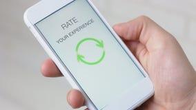 O homem dá uma avaliação de cinco estrelas usando a aplicação do smartphone video estoque