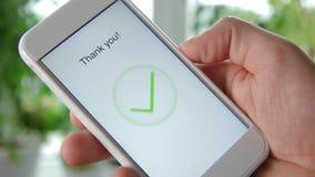 O homem dá uma avaliação de cinco estrelas usando a aplicação do smartphone filme