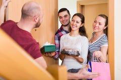 O homem dá boas-vindas a amigos felizes Fotografia de Stock Royalty Free