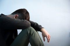 O homem da depressão senta-se no assoalho Imagens de Stock Royalty Free