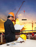 O homem da engenharia que trabalha no local da construção civil contra seja imagens de stock royalty free